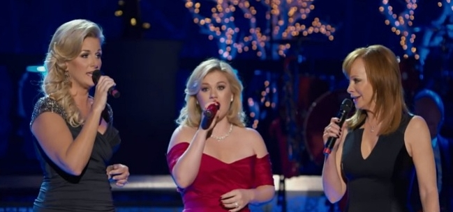 Kelly Clarkson Sings 'Silent Night' with Reba McEntire and Trisha Yearwood -- Merry Christmas