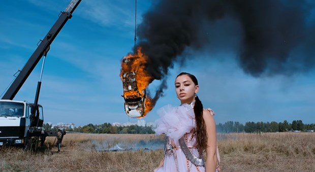 Charli XCX burning a car in 'White Mercedes' video in this environmental crisis pisses me off