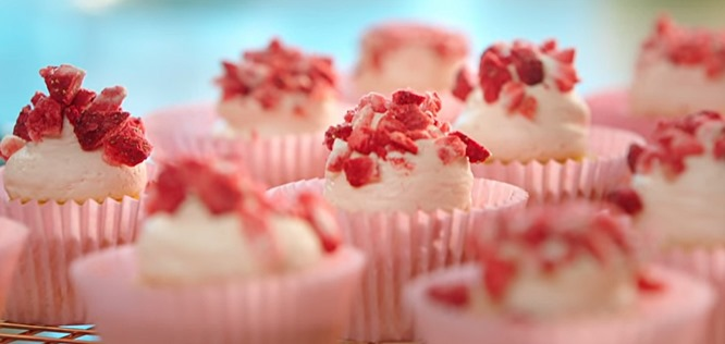 How To Make Nadiya Hussain S Strawberry Shortcake Cupcakes They Look Amazing But Are So Easy To Make Leo Sigh